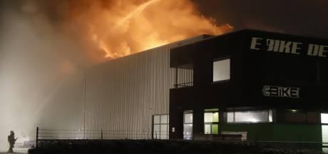 Grote brand in bedrijfsloods Cuijk, volgens getuigen doordat auto naar binnen reed