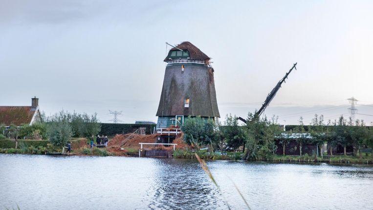 Een windhoos heeft gistermiddag de Twiskemolen in Landsmeer onthoofd Beeld Novum Regiofoto