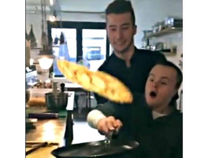 Het moment waar het allemaal om gaat in de video. De pannekoek draait in de lucht nadat Daan hem omhoog gegooid heeft. Met een beetje hulp van Jesse, dat dan weer wel.