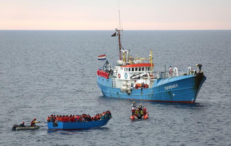 Migranten worden gered door bemanningsleden van het Duitse reddingsschip Iuventa, vlakbij de Libische kust in de Middellandse Zee, juni 2017. Beeld Reuters