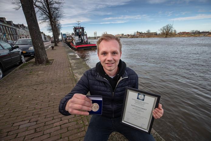 Leon Nijmeijer uit IJsselmuiden kreeg vrijdagmiddag de bronzen medaille en getuigschrift van de Maatschappij tot Redding van Drenkelingen. Hij zag in september 2016 een oudere vrouw struikelen op de IJsselkade en in de rivier vallen. Hij twijfelde niet en sprong ook het water in.