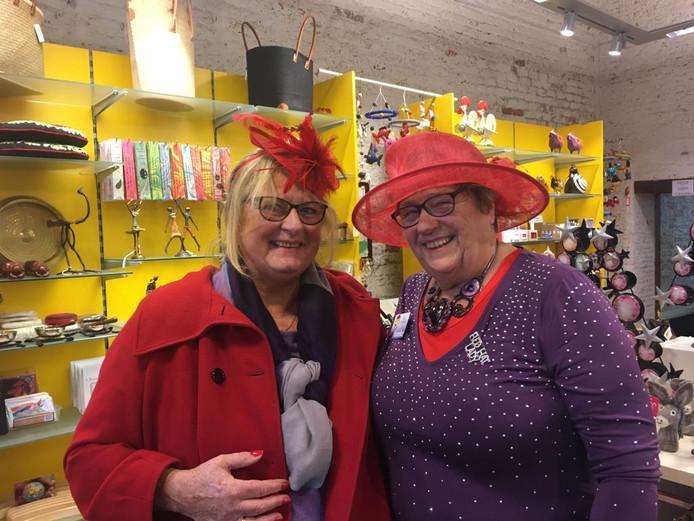 Vlnr: Nicolien Vrij en queen Mineke Straijer in de Wereldwinkel
