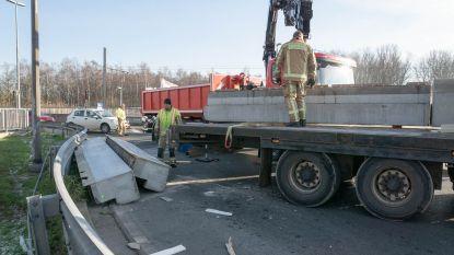 Vrachtwagen verliest lading betonblokken op rotonde