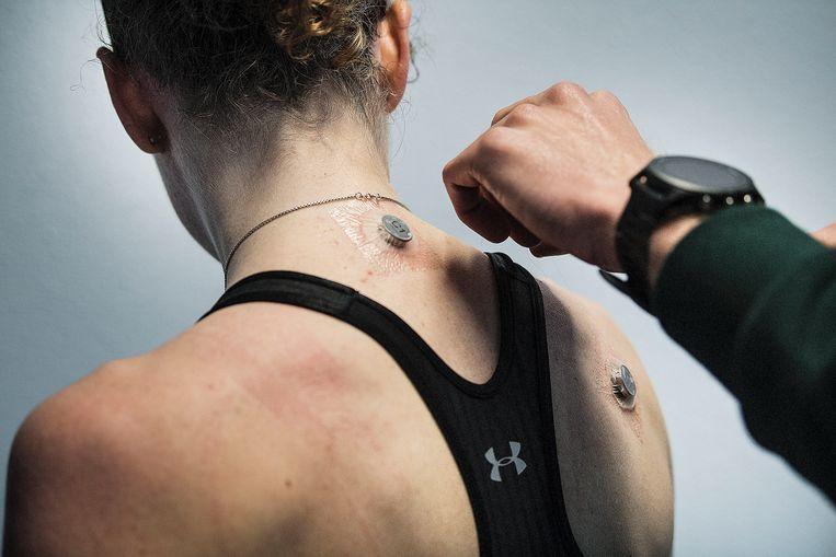 Sensoren moeten de huidtemperatuur en hartslag meten. Beeld Guus Dubbelman / de Volkskrant