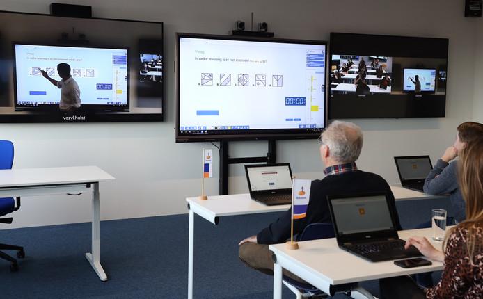 Wiskundedocent Bart Vercauteren geeft vanuit Hulst een interactieve les die in Terneuzen en Oostburg mee te volgen is.