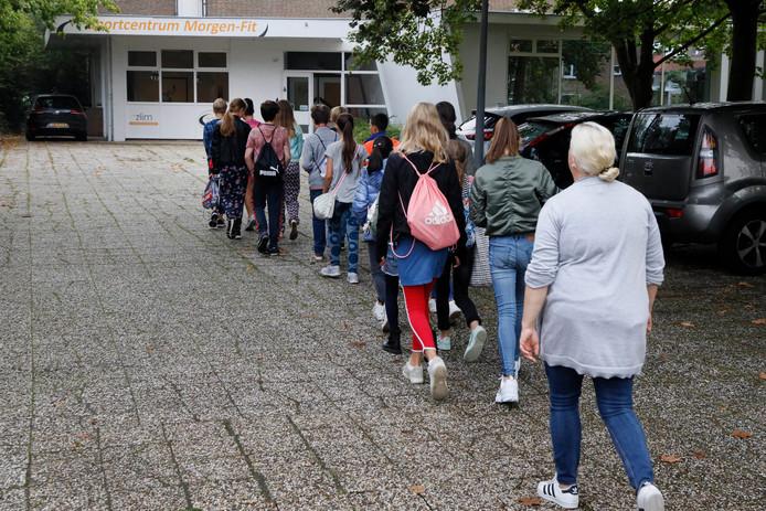 Kinderen van basisschool Ooij op weg naar hun gymzaal. Maar die gaat wellicht verdwijnen.