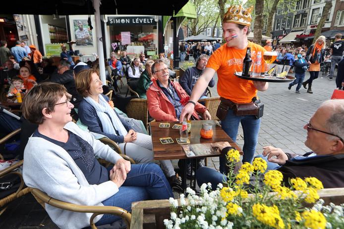 Terras op de Grote Markt in Breda tijdens de Koningsdag van vorig jaar.