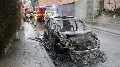 Twee jaar oude wagen volledig uitgebrand