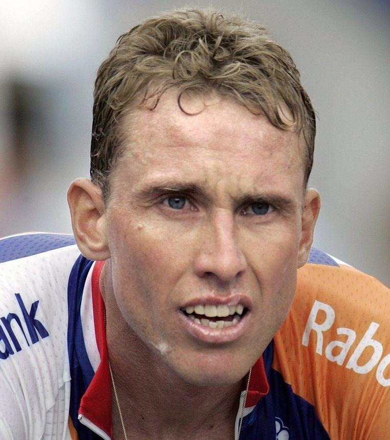 Michael Boogerd op de finish van zijn klimtijdrit naar L'Alpe d'Huez. Armstrong was de snelste. Boogerd was de beste Nederlander, met een 67ste plaats Beeld ANP
