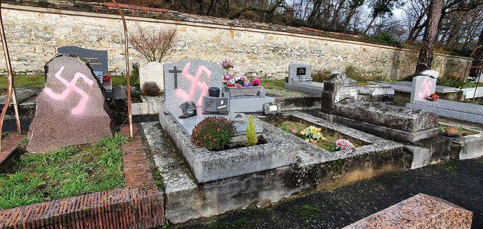 Bijna zeventig graven op de begraafplaats van de Franse gemeente Fontainebleau zijn onder meer met hakenkruizen beklad.