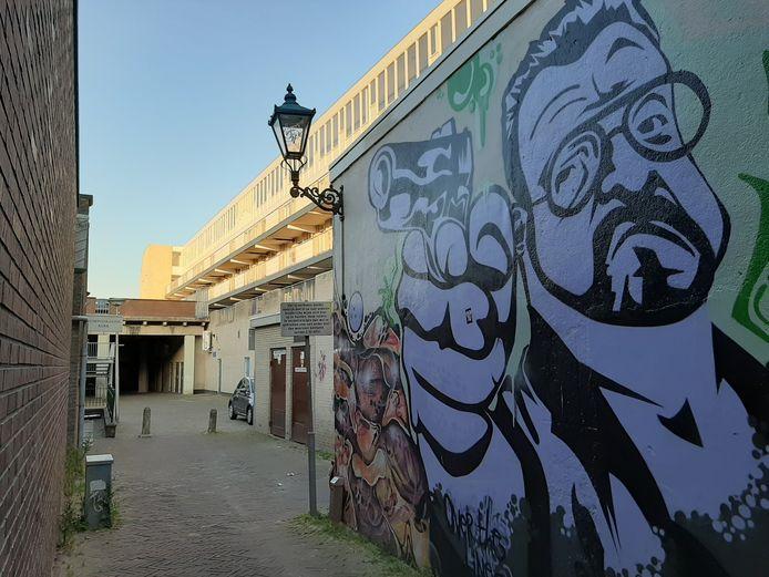 Muurschildering in de Samuel Aardewerksteeg in Alphen. De loop van het pistool zou in de richting van de voormalige synagoge wijzen. Links steekt het borde van de remonstrantse kerk uit.
