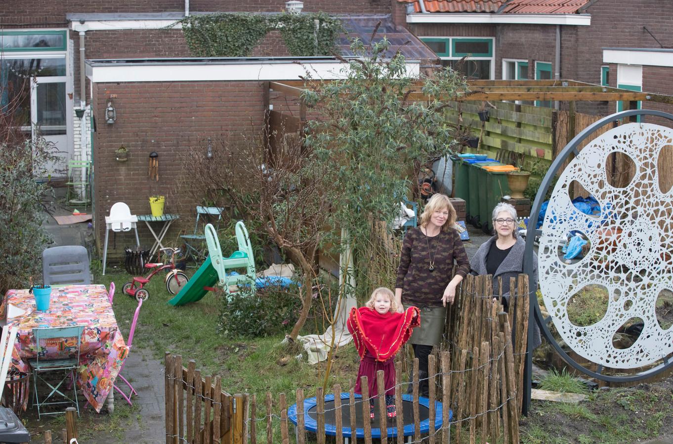 Mechteld Lureman met dochter en buurvrouw Janneke van Dijk (rechts) in met lood vervuilde tuinen