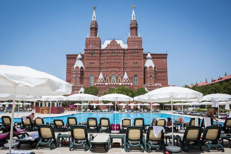 Ondanks het hoogseizoen is het bijzonder rustig rond het zwembad van het Kremlin Hotel in Antalya. Beeld Cigdem Yuksel