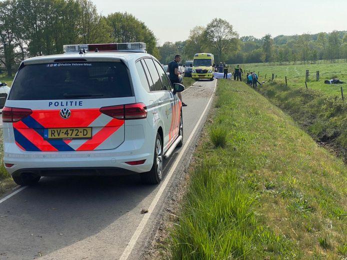 De motorrijder kwam tot stilstand in een sloot naast de Nijkerkerstraat, zijn motor belandde in het weiland.