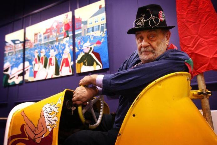 Kunstenaar Piet Hohmann in zijn opgeknapte botsauto.
