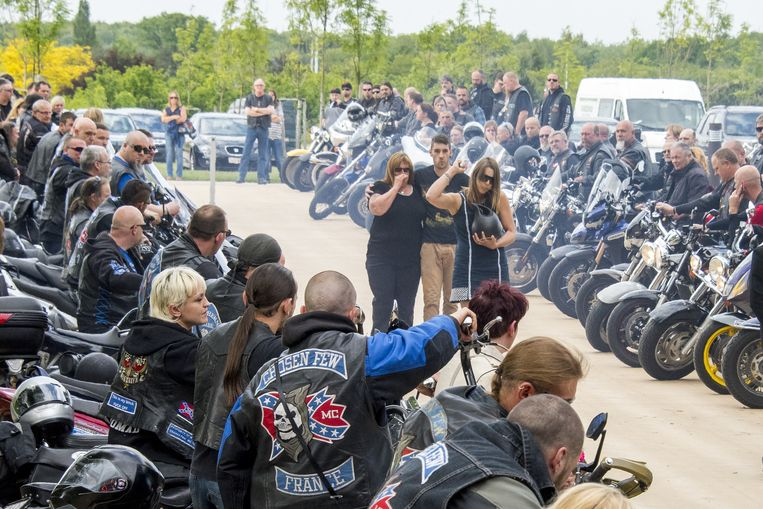 De vriendin met urne loopt door de erehaag van motards, gevolgd door moeder en broer van Kenny.