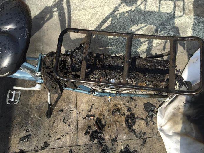 De brandweer op Urk moest uitrukken nadat een accu van een elektrische fiets was ontploft.