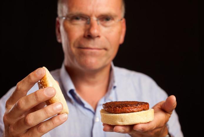 Mark Post toont de hamburger van kweekvlees. ,,Ik denk dat  mensen de voordelen er wel van inzien als het eenmaal net zo goed smaakt als normaal vlees.''