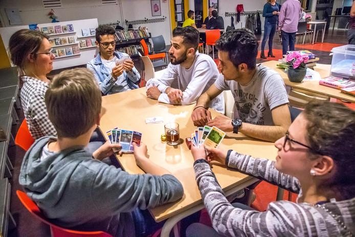 Naast de gemeentelijke inburgeringstrajecten kent Zwolle ook vele initiatieven van vrijwilligers, waar statushouders bijvoorbeeld de taal leren.