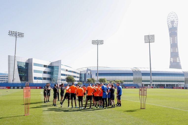 De selectie van PSV luistert naar trainer Ernest Faber voorafgaand aan de training in de Qatarese hoofdstad Doha. Beeld ANP Sport