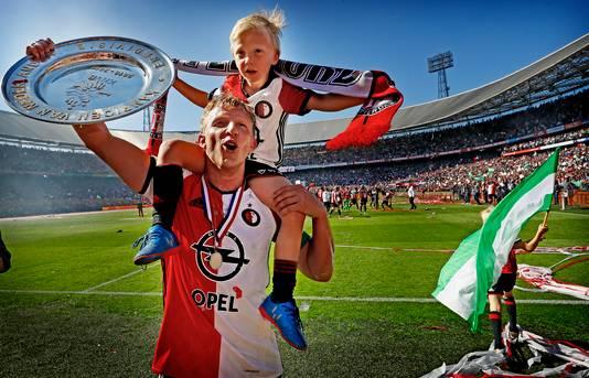 Dirk Kuyt met zijn zoontje op de schouders en de kampioensschaal.