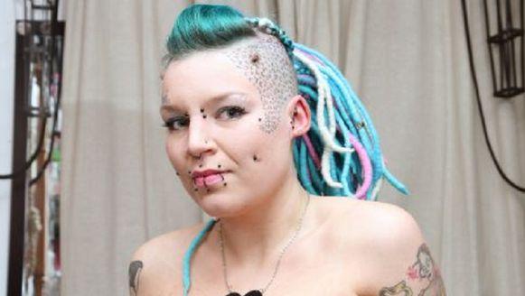 De 26-jarige uit Londen wilde een duidelijke boodschap aan haar ex-vriendje overbrengen door zijn naam van haar arm te snijden.