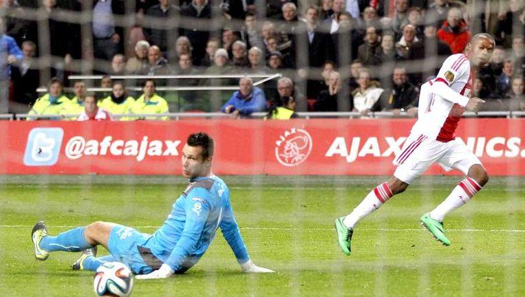Feyenoord-doelman Erwin Mulder wordt gepasseerd door Thulani Serero van Ajax, die de 3-1 scoort. Beeld anp