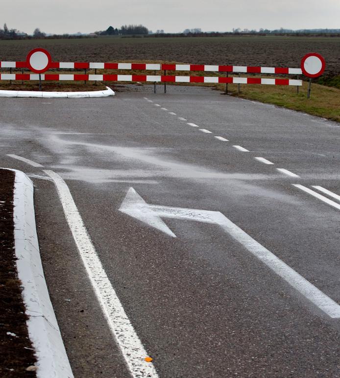 Het schrikhek in de N57 markeert de plek waar de weg vanaf de stormvloedkering bij Burgh-Haamstede oorspronkelijk de polder had moeten induiken.