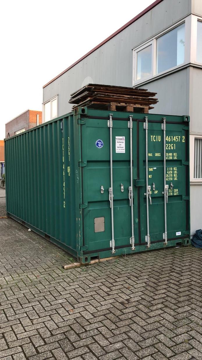 Zo stond de zeecontainer met non-food materiaal ongeveer voor de bedrijfshal van CS Food Experience aan Voorsteven in Etten-Leur.