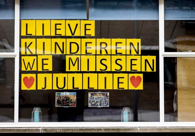 Een hartenkreet op raam van een school in Rotterdam. Vanwege het coronavirus blijven de scholen zeker tot de meivakantie gesloten.  Beeld ANP