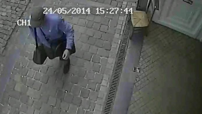 Selon les images de vidéosurveillance du musée, le tireur, casquette, veste bleue, pantalon sombre, équipé de deux sacs noirs, poursuit son parcours sanglant d'un pas décidé jusqu'au bureau d'accueil du musée.