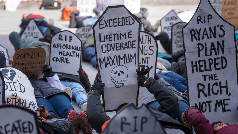 Een protest in New York tegen de nieuwe zorgverzekering. Beeld null