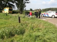 Hulpdiensten halen man met scootmobiel uit de sloot in Wijhe