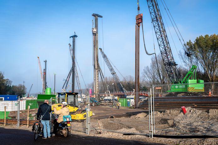 Bewoners van de Rottekade in Bergschenhoek vrezen langer overlast nu de opening van de rijksweg A16 Rotterdam met een jaar is vertraagd.