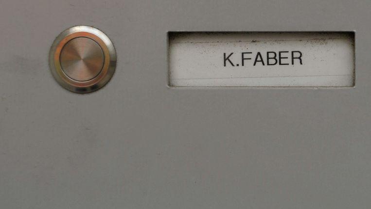 Het naamplaatje van Klaas-Carel Faber op de deur van zijn woning in Ingolstadt. Beeld AFP