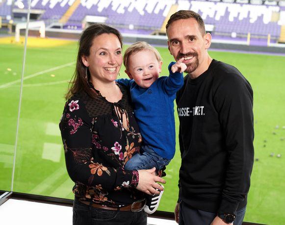Tiobas (bijna 3) met zijn mama Julie De Clercq en zijn voetballende peter Sven Kums.