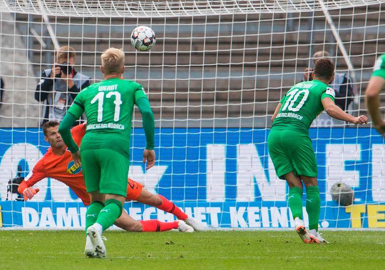 Thorgan zet een een penalty om in het Olympiastadion van Hertha Berlijn.