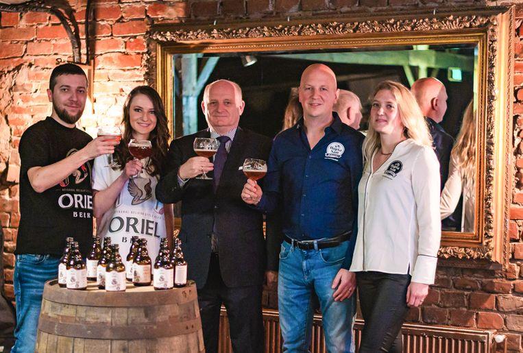 Sam (tweede van rechts) bij de voorstelling van zijn Belgische-Roemeens bier