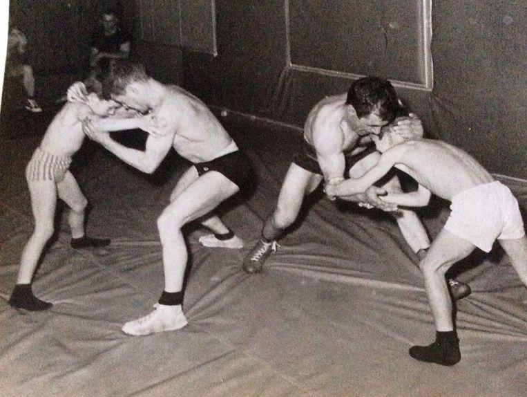 1965: Maurice worstelt met zijn zoon Julien (l.).