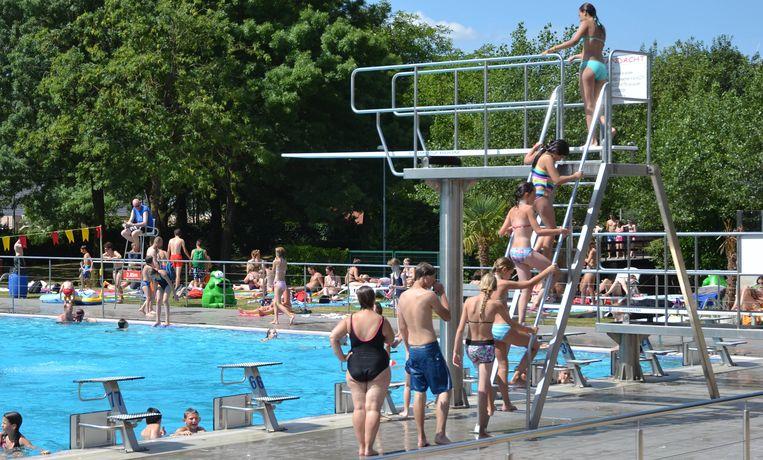 De vechtpartij vond plaats aan het speelplein vlakbij het Izegemse zwembad.