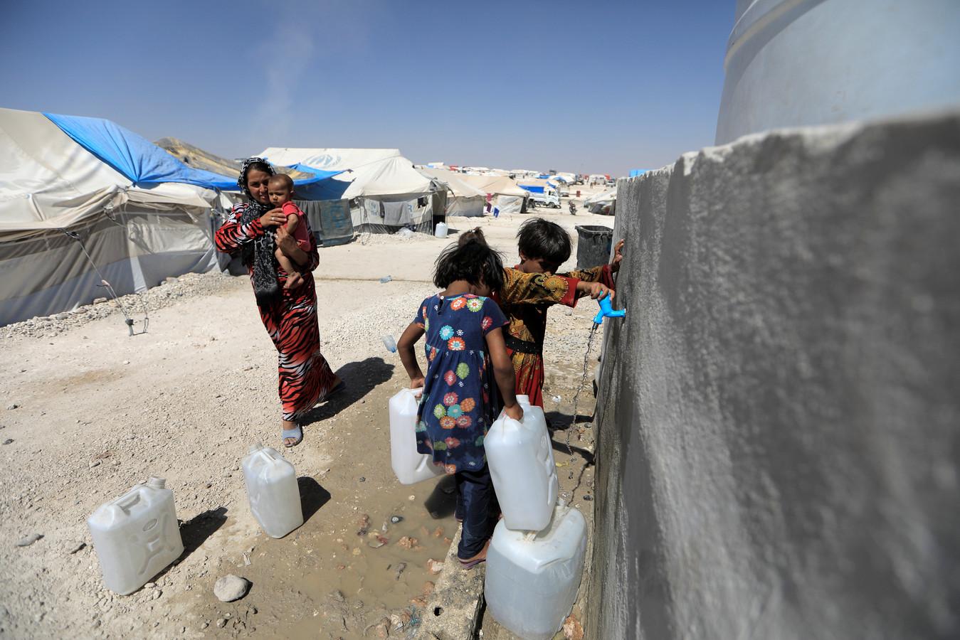 In het Syrische vluchtelingenkamp Ain Issa verblijft een groot aantal kinderen onder moeilijke omstandigheden. Ook de kinderen van de overleden Zwolse jihadiste Karenia bleven hier alleen achter na de dood van hun moeder.