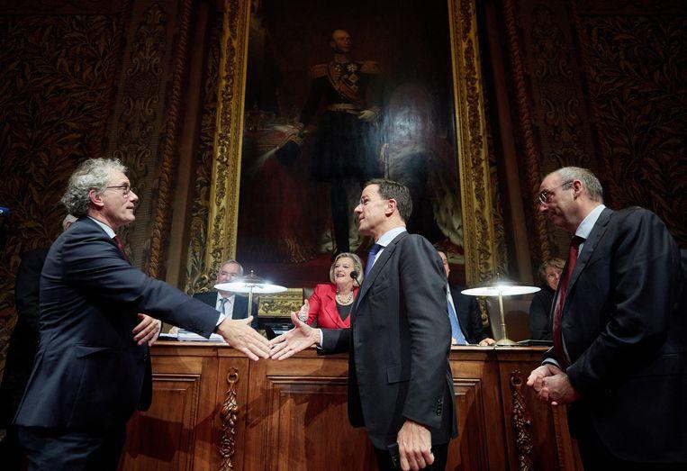 Premier Mark Rutte begroet D66-fractievoorzitter Thom de Graaf voor aanvang van de Algemene Politieke Beschouwingen in de eerste Kamer. Beeld ANP