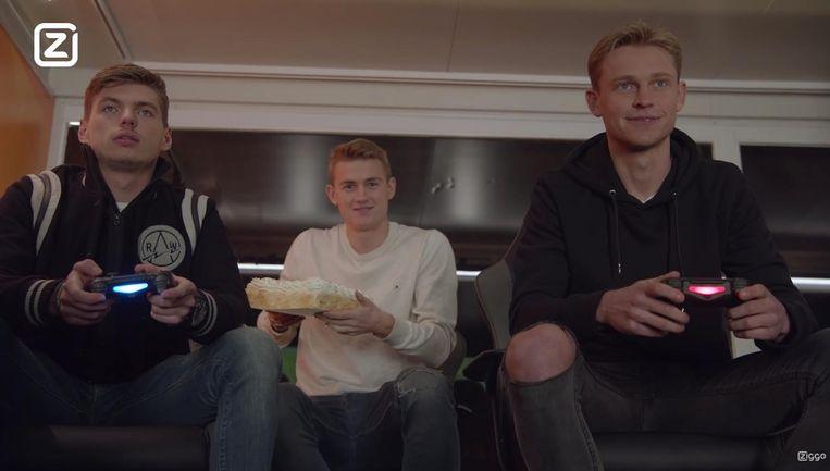 Verstappen en De Jong, met commentator Matthijs de Ligt in hun midden. Beeld Ziggo