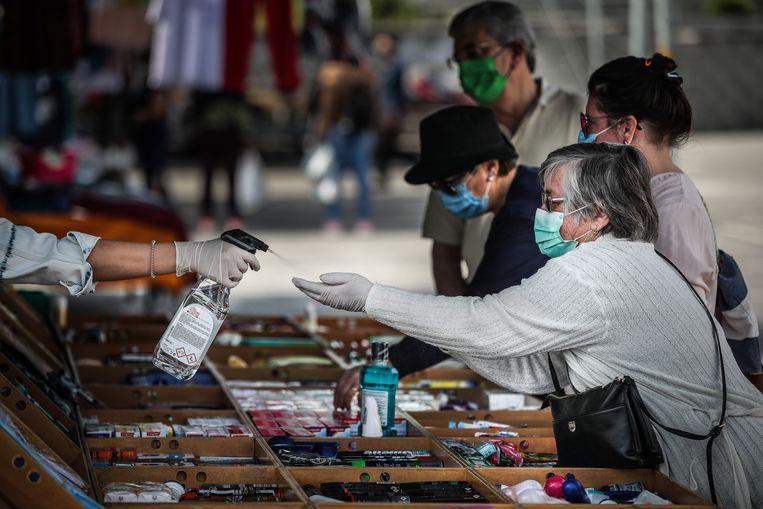 Op de markt in Cascais worden bijzondere voorzorgsmaatregelen genomen om de mensen te beschermen.