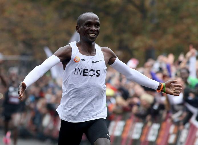 Eliud Kipchoge komt juichend over de finish in Wenen op 12 oktober, nadat hij de marathon in 1.59.40 heeft volbracht.