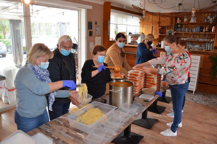 De vrijwilligers van vzw Hippofarm staken zelf de handen uit de mouwen om de verse spaghetti in doosjes te verwerken.