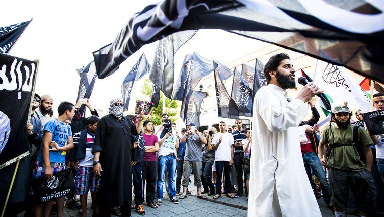 De van ronselen voor de jihad verdachte Azzedine C. sprak vorig jaar tijdens een pro IS-demonstratie in de Haagse Schilderswijk. Beeld anp