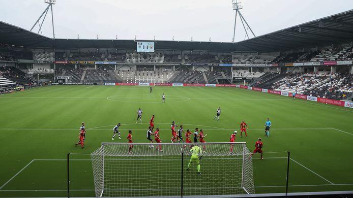 Een oefenwedstrijd Heracles in Erve Asito in coronatijd, enkele weken geleden tegen Go Ahead Eagles. Toen zaten er 1100 toeschouwers. Als het meezit kunnen 2800 fans de eerste thuiswedstrijd tegen ADO bijwonen.