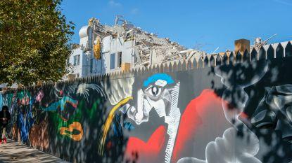 Kunstenaar verfraait omheining bouwwerf