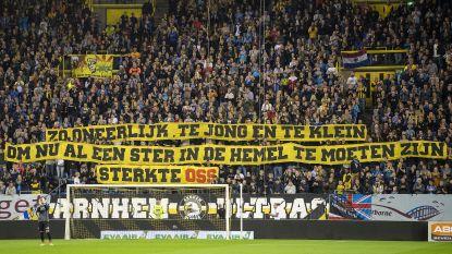 Kippenvel: spelers houden in Eredivisie halt om slachtoffertjes van spoordrama met fans te eren